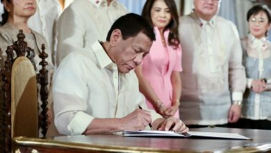 Photo of Duterte signs law giving Filipina moms 105 days paid leave